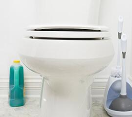 Cómo reparar un inodoro que fluye con lentitud