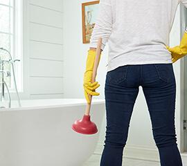 Combate los residuos pegajosos que obstruyen los desagües de los baños